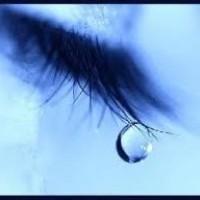 Une  larme  est une émotion qui parle.